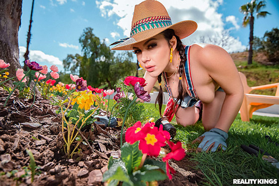 MonsterCurves  Valentina Nappi  Gardening Hoe